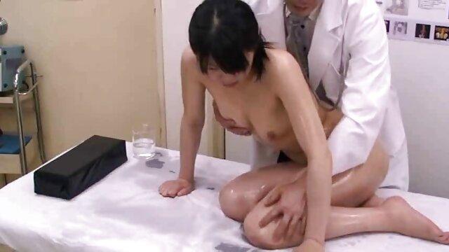 アジアのポルノモデルと彼女の豊かな彼氏。 エロ い 女性 の 動画